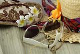 lunettes de soleil, chapeau de paille et tongs fleuris poster