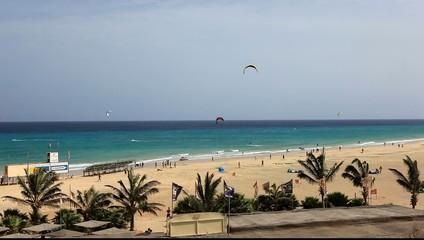 préparatifs de compétition de kitesurfeurs aux canaries