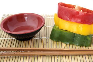 Tranches de poivrons sur set de table japonais