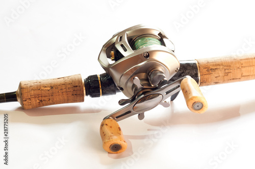 Low-proflile casting reel