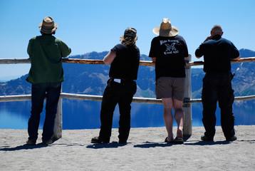 Besucher im Crater Lake Nanionalpark - Oregon