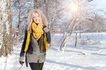 winterspaziergang frau allein im wald