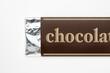 白背景に板チョコレートのパッケージのアップ