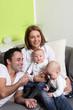 Junge Eltern - Mutter, Vater und Zwillinge