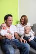 lachende Familie mit zwei Kindern zuhause