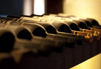 Bouteilles de vin sur une étagère