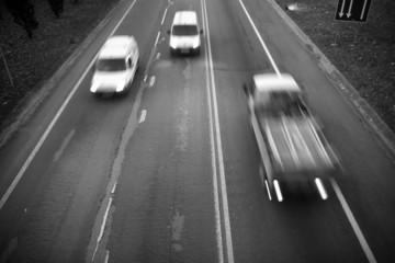 Estrada com trânsito a preto e branco