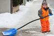 Kleiner Junge räumt Schnee