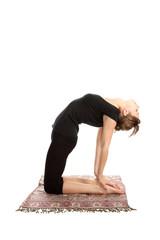 Молодая женщина, практикующая упражнения йоги.