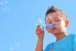 Kind mit Seifenblase