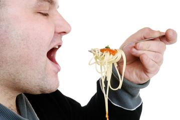 Mann isst Spaghetti