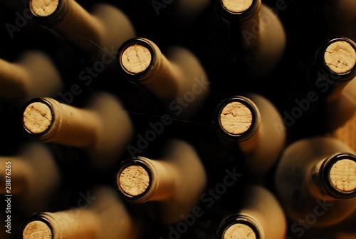 ulozone-w-piwnicy-butelki-z-winem-zakurzone-ale-smaczne