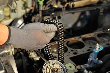 Mechaniker hält Steuerkette