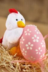 Galletto che abbraccia ovetto di Pasqua