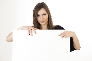 Atrraktive Frau zeigt auf Werbebanner
