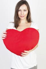Junge Frau mit rotem Herz wartet auf den Valentinstag