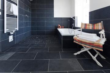badezimmer mit grauem schiefer