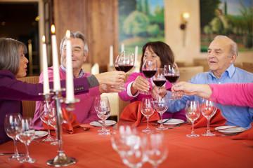 ältere paare trinken rotwein im restaurant