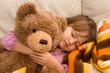 bimba che dorme con l'orsacchiotto