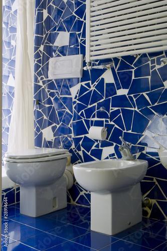 Piccolo bagno con piastrelle blu immagini e fotografie for Piastrelle bagno piccolo