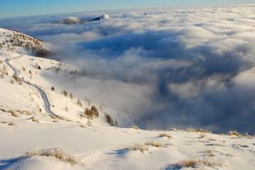 la route enneigée au dessus des nuages © Didier RITZMANN
