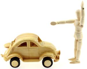 petite voiture bois et pantin policier