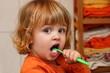 Zweijähriger Junge beim Zähneputzen