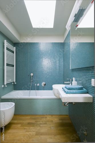 Bagno moderno con piastrelle blu immagini e fotografie - Piastrelle bagno blu ...