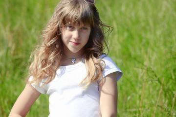 preciosa joven adolescente sobre la hierba verde