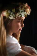 preciosa joven adolescente rezando en su primera comunión