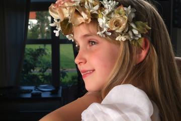 joven adolescente sonriendo con una diadema de flores en el pelo