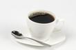 Taza blanca  con café tinto  placa plato  y fondo   blanco