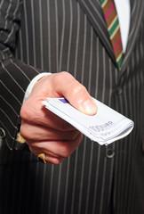 Ein Bündel Geldscheine in der Hand