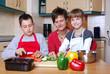 Familie beim Gemüse schneiden