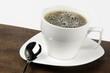 Taza de café blanca con fondo blanco