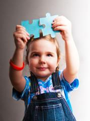 Kind mit Puzzlesteinen