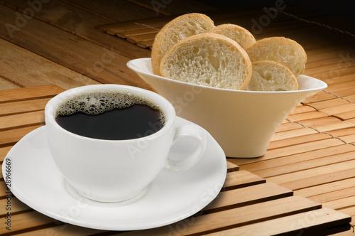 Taza de café blanca con pan