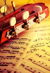 fondo de musica con guitarra clasica y partituras