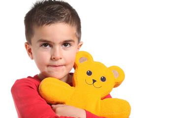 bambino abbraccia un orsacchiotto