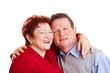 Lachendes Seniorenpaar umarmt sich