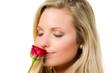 junge frau riecht an roter rose