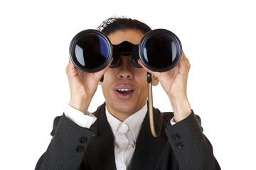 Managerin schaut durch Fernglas und sucht Geschäft