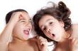 deux enfants jouant et grimaçant...