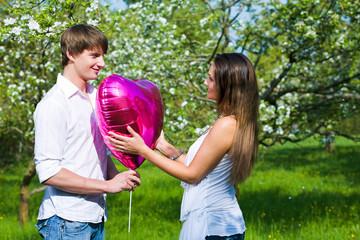 Paar mit Luftballon