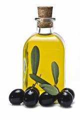 Botella de aceite de oliva y olivas negras.