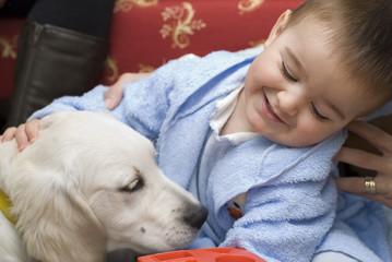 Niño jugando con su perro.