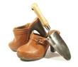 sabots de cuir à talons et bèche en acier