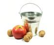 seau en zinc, pomme et noix