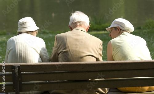 Senioren sitzen Bank