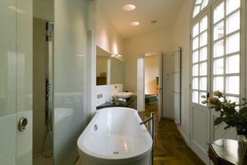 bagno classico in prossimità di una camera da letto